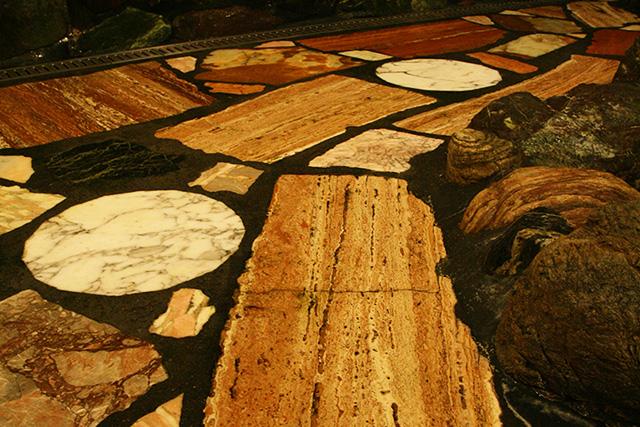 天然石を敷き詰めた洗い場